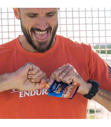 Chema Martinez abriendo gel Victory Endurance Energy UP naranja