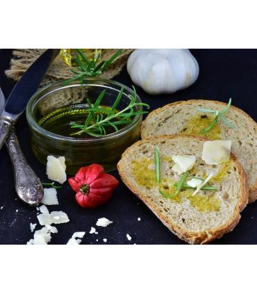 aceite de oliva con romero en trozo de pan
