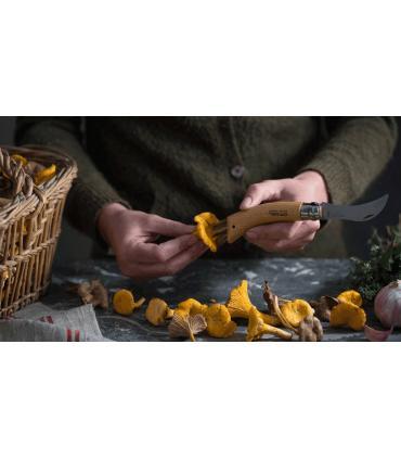 limpiando setas con navaja Opinel nº8 para champiñones