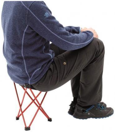 muestra de taburete Robens con persona real sentada color rojo
