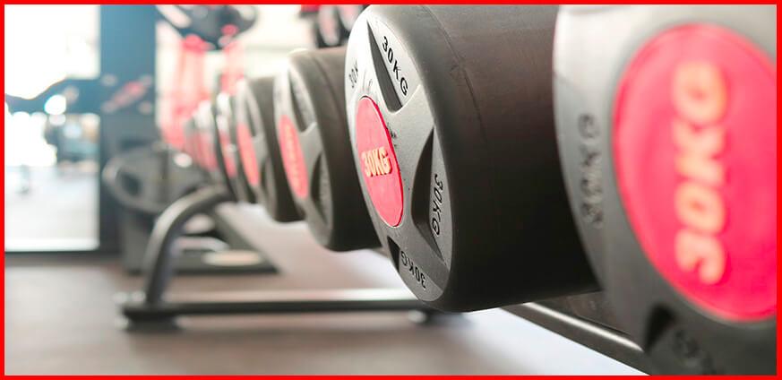 pesas para ejercicio de peso libre en un gimnasio